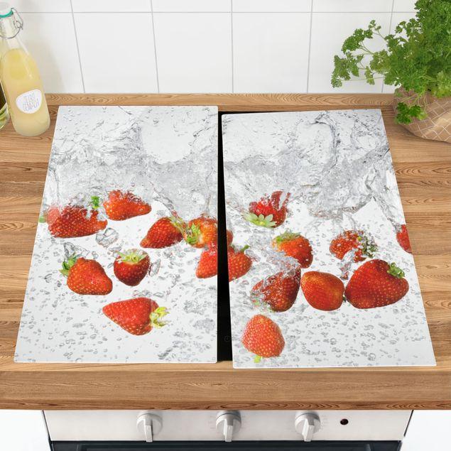Herdabdeckplatte Glas - Frische Erdbeeren im Wasser