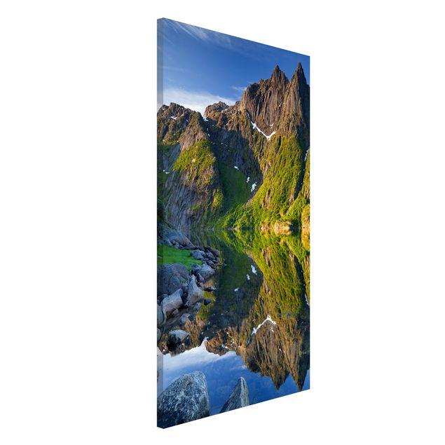 Magnettafel - Berglandschaft mit Wasserspiegelung in Norwegen - Memoboard Hoch