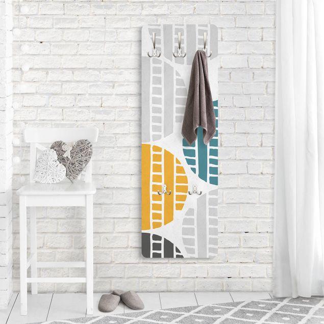 Garderobe - Reifenspuren auf Asphalt