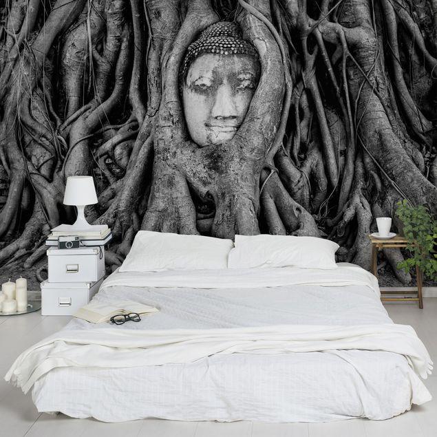 Fototapete Buddha in Ayutthaya von Baumwurzeln gesäumt in Schwarzweiß