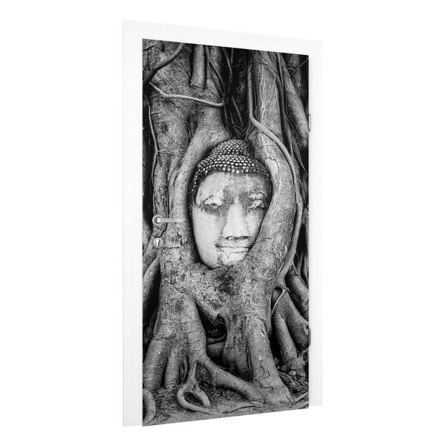 Türtapete - Buddha in Ayutthaya von Baumwurzeln gesäumt in Schwarzweiß