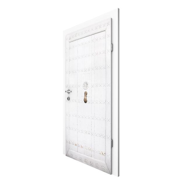 Türtapete - Mediterrane weiße Holztür mit verzierten Beschlägen
