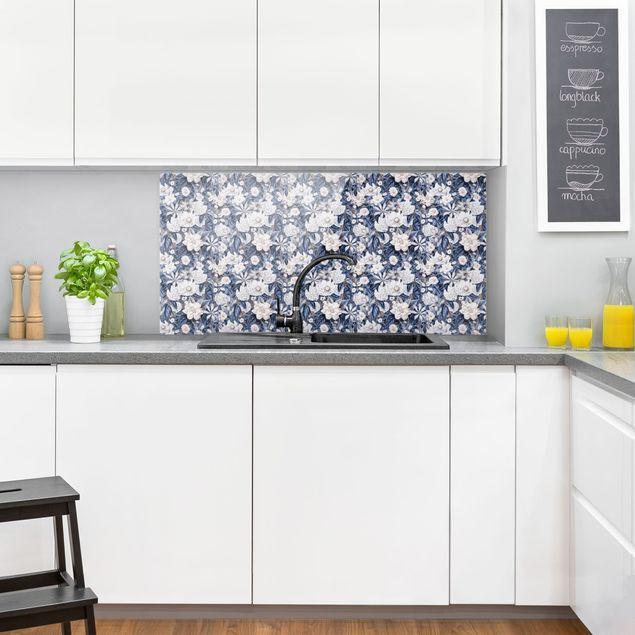 Spritzschutz Glas - Weiße Blumen vor Blau - Querformat 2:1